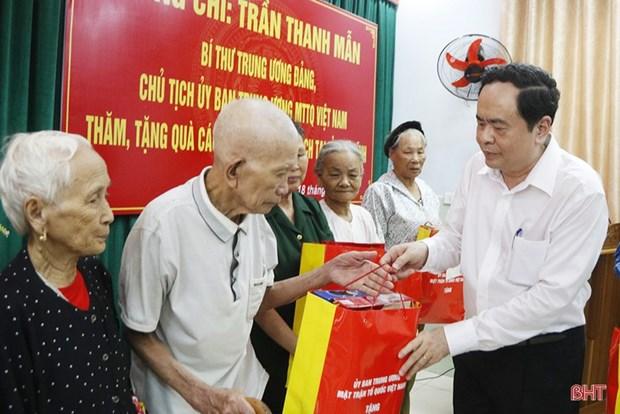 Tran Thanh Man offre des cadeaux a des personnes meritantes de Ha Tinh hinh anh 1