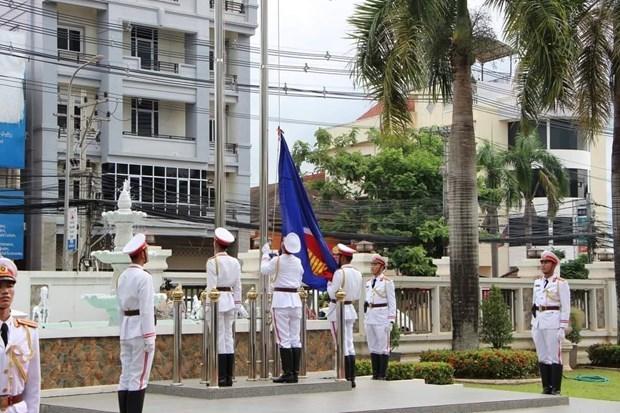 Le Laos hisse le drapeau de l'ASEAN pour celebrer le 53e anniversaire de l'ASEAN hinh anh 1