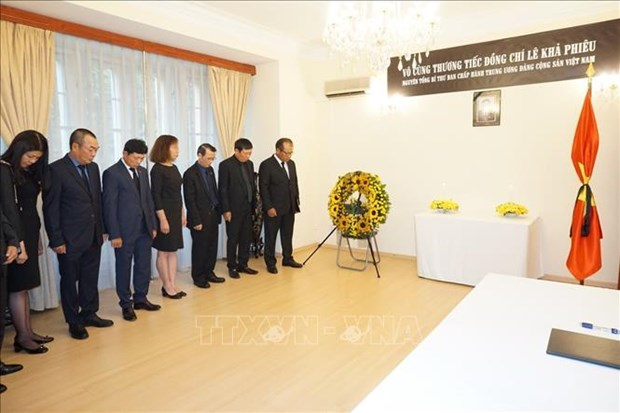 L'ambassade du Vietnam en Republique tcheque rend hommage a l'ancien chef du Parti hinh anh 1