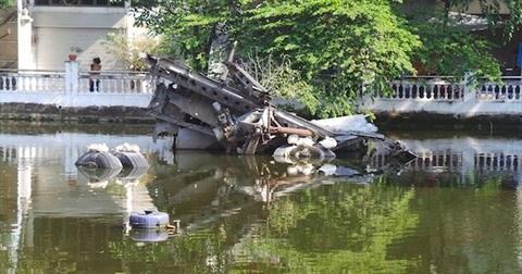 Hanoi: L'epave du bombardier B52 dans le lac Huu Tiep, un souvenir de guerre hinh anh 1