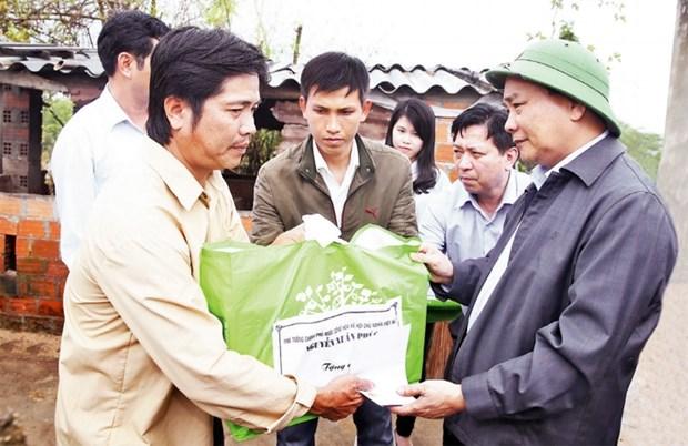 Le Premier ministre Nguyen Xuan Phuc au chevet des sinistres a Binh Dinh hinh anh 1