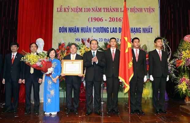 Le chef de l'Etat decore l'Hopital d'amitie Vietnam-Allemagne pour ses 110 ans hinh anh 1