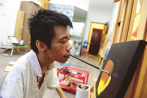 Le Minh Chau, le peintre qui voulait sortir du cadre du handicap hinh anh 1