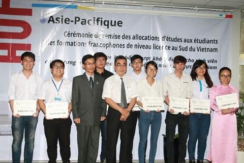 L'AUF remet des allocations d'etudes aux etudiants francophones au Sud hinh anh 1