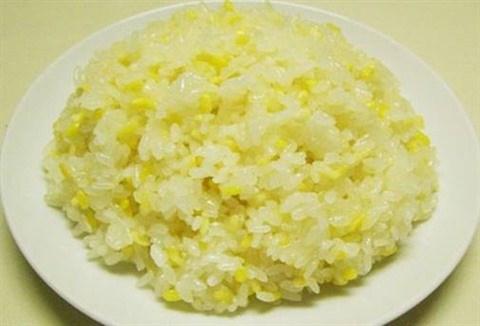 Le riz gluant cuit a la vapeur, un plat bien connu pour tous les gouts hinh anh 1