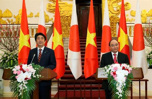 A Hanoi, le PM japonais Shinzo Abe appelle a developper l'avenir ensemble hinh anh 1