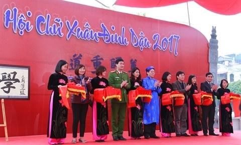 Les Vietnamiens saluent l'annee du Coq de leurs calligraphies hinh anh 1