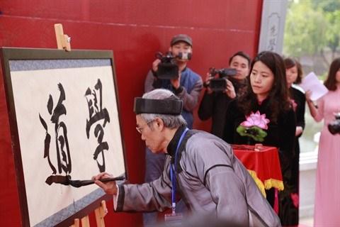 Les Vietnamiens saluent l'annee du Coq de leurs calligraphies hinh anh 4