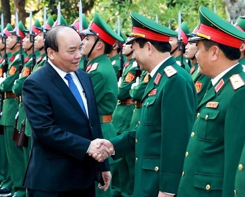 Le PM rend visite a la division 312 et au commandement de la police mobile hinh anh 1