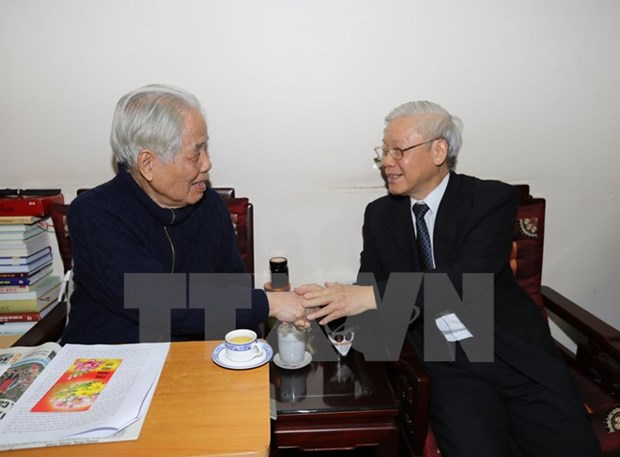 Le secretaire general Nguyen Phu Trong rend hommage a des anciens dirigeants hinh anh 2