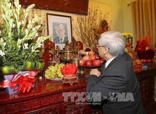 Le secretaire general Nguyen Phu Trong rend hommage a des anciens dirigeants hinh anh 1