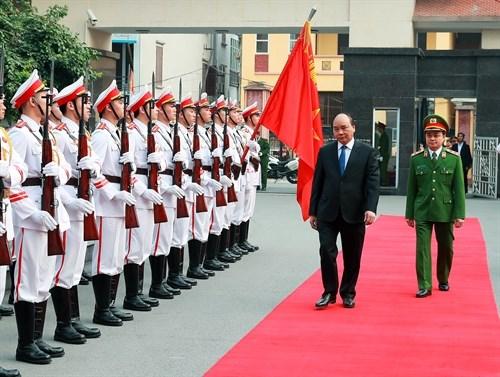 Le PM rend visite a la division 312 et au commandement de la police mobile hinh anh 2