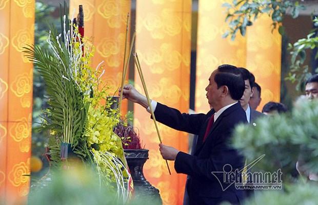 Le president offre de l'encens dans la cite imperiale de Thang Long hinh anh 1