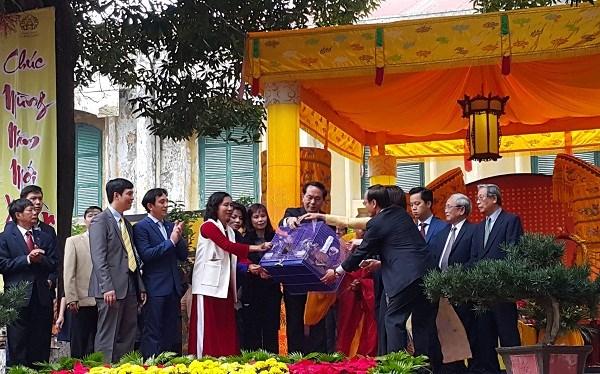 Le president offre de l'encens dans la cite imperiale de Thang Long hinh anh 2