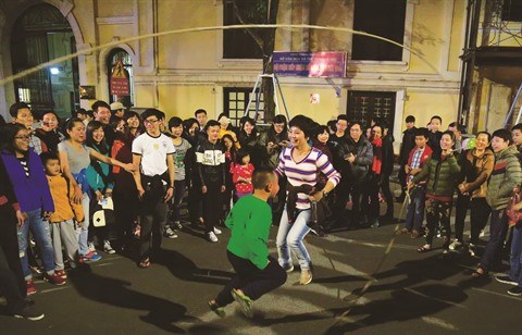 Hanoi «by night» dans ses rues pietonnieres hinh anh 4