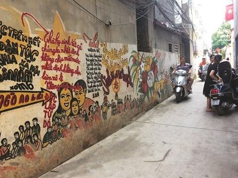 Le vieil homme qui donne une nouvelle jeunesse a une ruelle a Hanoi hinh anh 1