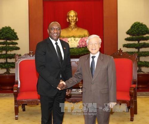 Le president du Senat haitien Youri Latortue recu par des dirigeants vietnamiens hinh anh 1