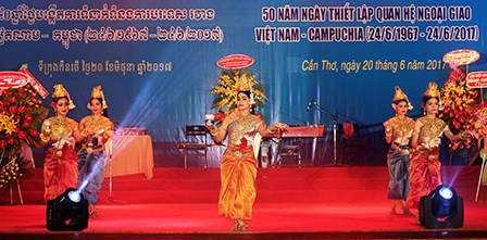 Les 50 ans des relations diplomatiques Vietnam-Cambodge fetes a Can Tho hinh anh 1