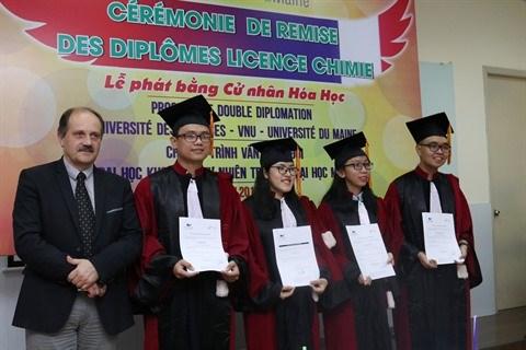 Remise des diplomes licence chimie francais a des etudiants vietnamiens hinh anh 1