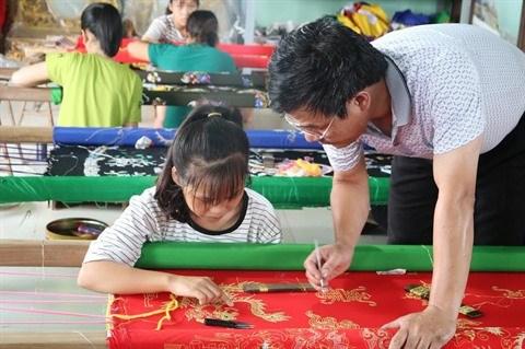 A Hanoi, l'ancien village de Dong Cuu brode la tradition hinh anh 2