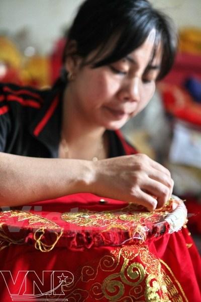 A Hanoi, l'ancien village de Dong Cuu brode la tradition hinh anh 1