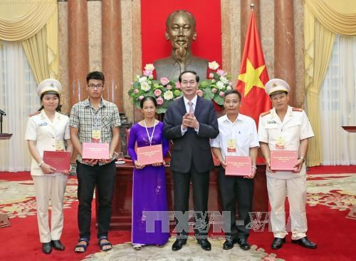 Le president exhorte la police populaire a bien servir les taches politiques du pays hinh anh 2