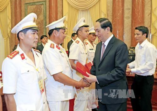 Le president exhorte la police populaire a bien servir les taches politiques du pays hinh anh 1