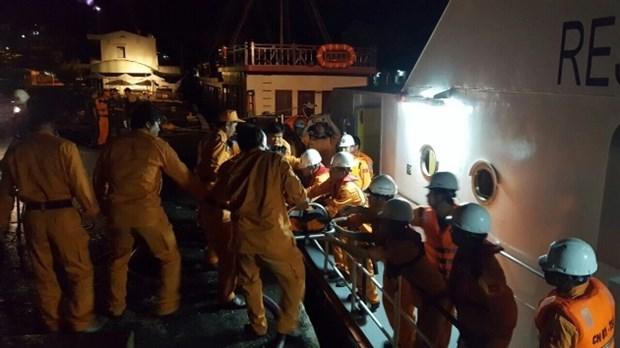 Victime d'un accident, un marin chinois transporte sur la terre ferme hinh anh 1