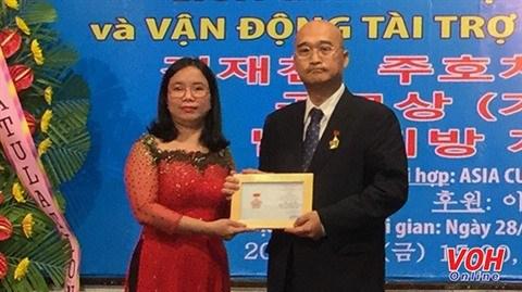 Insigne pour la paix et l'amitie entre les nations au consul sud-coreen a HCM-Ville hinh anh 1