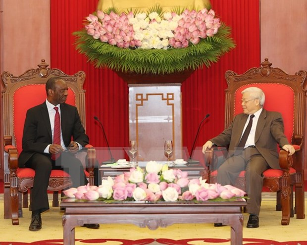 Le leader du PCV Nguyen Phu Trong recoit le Premier ministre mozambicain hinh anh 1