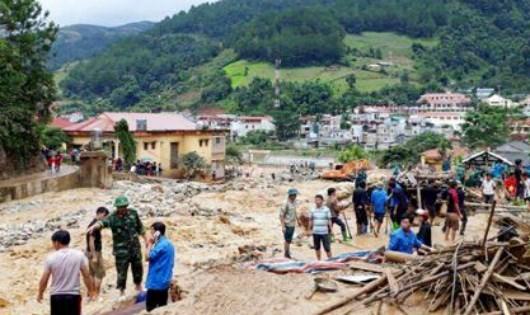 Le PM Nguyen Xuan Phuc demande de gerer rapidement les consequences des crues hinh anh 2