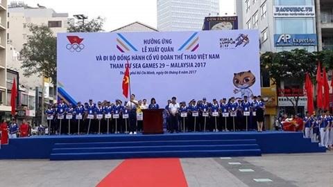 Plus de 5.000 personnes marchent pour la delegation vietnamienne aux SEA Games 29 hinh anh 1