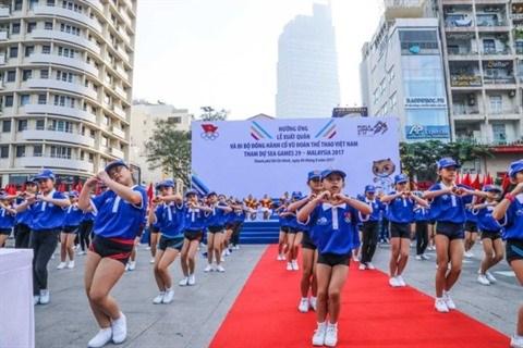 Plus de 5.000 personnes marchent pour la delegation vietnamienne aux SEA Games 29 hinh anh 2