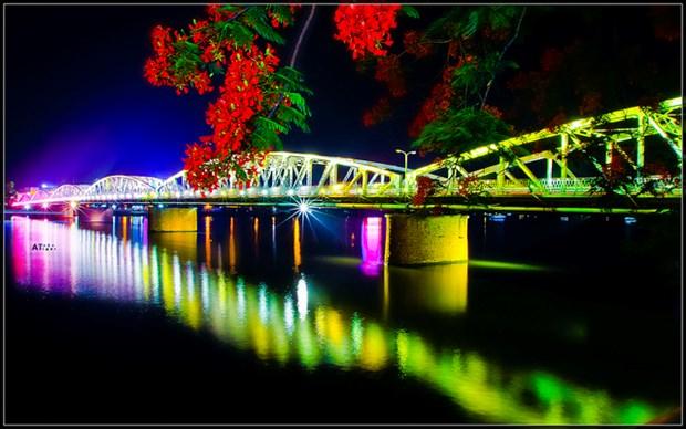Des balcons sur le pont Truong Tien pour faire rever plus a Hue hinh anh 1