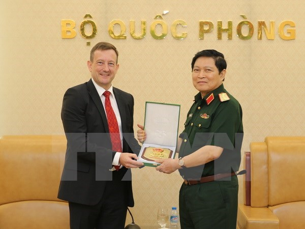 Le ministre de la Defense Ngo Xuan Lich recoit l'ambassadeur de France hinh anh 1
