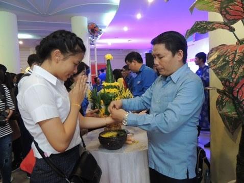 Les etudiants lao experimentent les pratiques culturelles vietnamiennes hinh anh 2