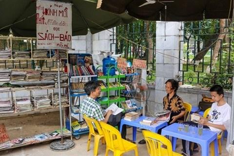 Une petite librairie gratuite pour les passants a Hanoi hinh anh 2