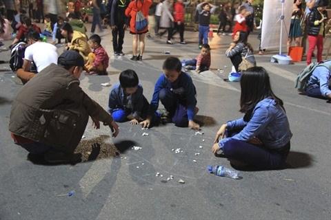 A Hanoi, des jeux folkloriques font la joie des petits et grands hinh anh 2