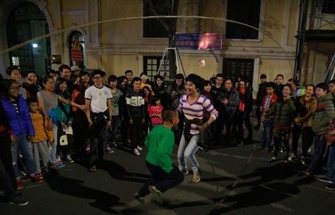 A Hanoi, des jeux folkloriques font la joie des petits et grands hinh anh 3