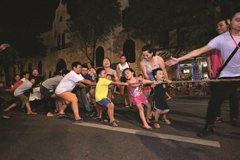 A Hanoi, des jeux folkloriques font la joie des petits et grands hinh anh 1