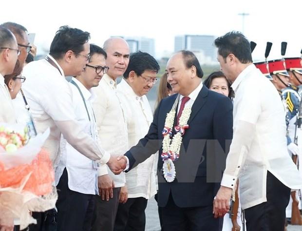 Le PM arrive a Manille pour le 31e Sommet de l'ASEAN hinh anh 1