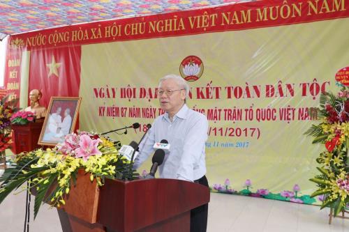 Le chef du Parti a la fete de grande union nationale au village culturel de Thuong Dien hinh anh 1