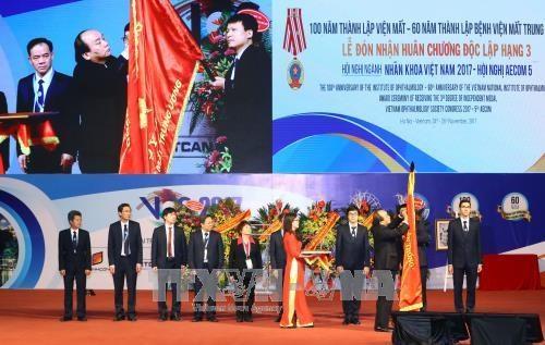 Le Premier ministre Nguyen Xuan Phuc decore l'Hopital central d'ophtalmologie hinh anh 1