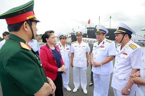 La presidente de l'AN visite des etablissements de la Marine a Cam Ranh hinh anh 1