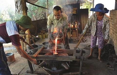 Les fondeurs de bronze de Phuoc Kieu gardent la flamme hinh anh 3