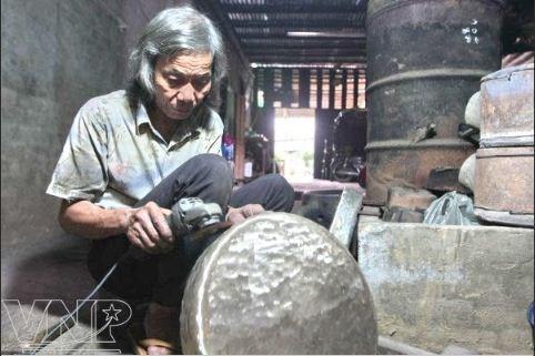 Les fondeurs de bronze de Phuoc Kieu gardent la flamme hinh anh 6