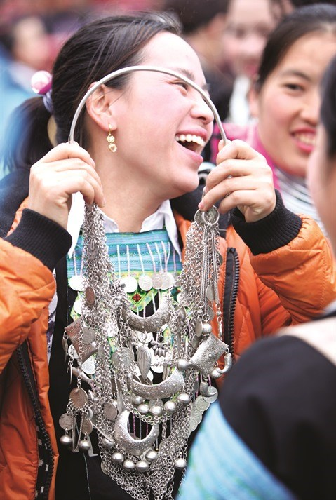 L'elegance des costumes traditionnels des femmes H'mong hinh anh 4
