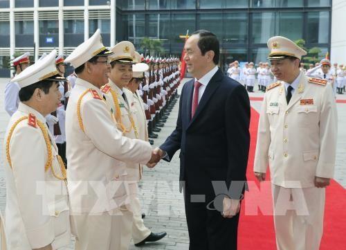 Le president Tran Dai Quang decore la force logistique et technique de la Police populaire hinh anh 1