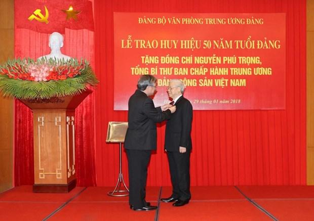 Le leader du PCV recoit l'insigne pour ses 50 ans d'adhesion au PCV hinh anh 1