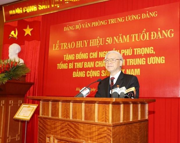 Le leader du PCV recoit l'insigne pour ses 50 ans d'adhesion au PCV hinh anh 2